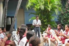 Lectura-de-poemas-del-libro-en-el-Museo-de-Historia-en-Pinar-del-Río-con-alumnos-de-la-escuela-primaria-Antonio-Maceo